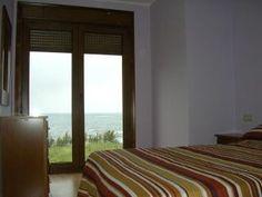 Apartamentos turísticos – Alquileres vacacionales Villas, Sleep, Curtains, Bed, Furniture, Home Decor, Vacations, Home, Blinds