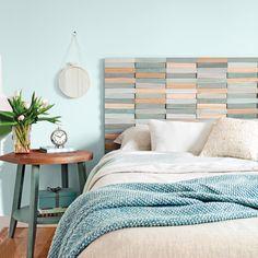 DIY: une tête de lit au relief coloré réalisé avec des chimes en bois peintes