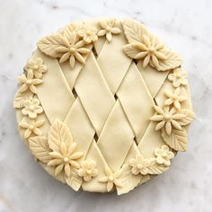 Caramelized onion, potato, fennel, truffle and cheddar pie with wide lattice strip crust with leaves and flowers decorative trim No Bake Desserts, Just Desserts, Dessert Recipes, Yummy Recipes, Creative Pie Crust, Pie Crust Designs, Pie Decoration, Pies Art, Kinds Of Pie