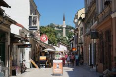 Sarajevo bietet zahlreiche Theater, Museen und Kultureinrichtungen. Die Stadt hat eine sehenswerte orientalisch geprägte Altstadt mit mehreren Moscheen und Kirchen, dem Baščaršija-Platz (Basar) und zahlreichen Geschäften. - Bosnien & Herzegovina - Bosnia and Herzegovina