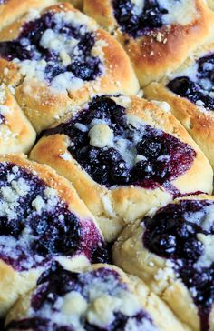 Blueberry Kolaches Blueberry Kolaches are made from a sweetened yeast dough and filled with a simple, fresh blueberry filling and a streusel topping. Beautiful and delicious! Blueberry Desserts, Just Desserts, Breakfast Pastries, Breakfast Recipes, Cookie Recipes, Dessert Recipes, Czech Recipes, Croissants, Gastronomia