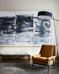 Zheng Chongbin Dans un coin du salon, devant une grande encre et acrylique de Zheng Chongbin réalisée en 2011, un banc ancien, un lampadaire (RBW Lighting) et un fauteuil revêtu du tissu Bespoke Twill (Holland & Sherry). Tapis soumak.