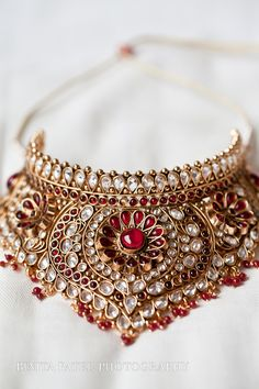 The largest collection of photographs of bridal gold jewellery designs. Find kundan gold designs, meenakari bridal gold and temple jewellery. Gold Jewellery Design, Gold Jewelry, Jewelery, Jewelry Accessories, High Jewelry, Wedding Accessories, Jewelry Sets, Indian Wedding Jewelry, Indian Jewelry