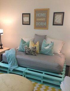diy möbel sofa aus paletten in grün dekokissen teppich