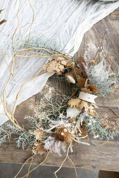 Adorn with bouquets of dried flowers bouquets decorate dried flowers Dried Flower Wreaths, Dried Flower Bouquet, Dried Flowers, Deco Floral, Arte Floral, Flower Decorations, Christmas Decorations, Holiday Decor, Dried Flower Arrangements