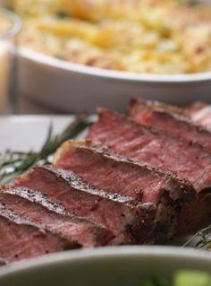 ガーリックバターステーキ   今夜はワインで乾杯。2人のためのステーキディナー