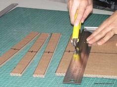 Lors de la réalisation de meubles en carton avec la méthode des traverses croisées, vous allez avoir besoin de découper un certain nombre de traverses. Les traverses sont importantes, car elles vont, grâce à des encoches, se croiser avec les profils intermédiaires, afin de réaliser la structure croisée de notre meuble en carton. Détaillons en images la découpe des traverses. Cardboard Design, Cardboard Paper, Cardboard Furniture, Cardboard Crafts, Diy Paper, Wood Crafts, Diy Furniture, Cricut Craft Room, Diy Home Repair