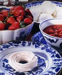 Kings Arms Tavern Meringues : The Colonial Williamsburg Official History & Citizenship Site Healthy Foods To Eat, Easy Healthy Recipes, Eating Healthy, Strawberry Meringue, Strawberry Sauce, Delicious Desserts, Dessert Recipes, Brunch Recipes, Colonial Recipe