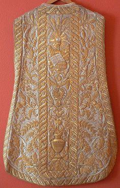 Pianeta bianca di foggia spagnola riccamente decorata in filato dorato (verso)