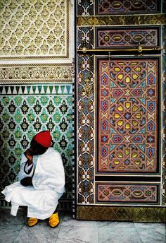 Africa | Mokhazni, a member of the Royal Palacestaff in traditional costume.  Fez, Morocco.  1986 | ©Bruno Barbey