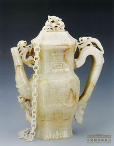 Tetera de jade con diseño que simboliza la longevidad y la buena suerte. Dinastía Ming (1368 - 1644)
