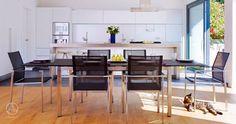 Offen realisierter Koch-, Ess- und Wohnbereich und lichtdurchflutete Räume kennzeichnen das Baufritz Bauhaus Jackson
