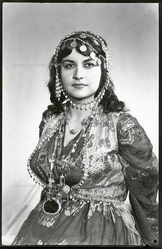 Iraq 1970 <br /> Portrait of a Kurdish woman in traditionnal dress <br /> Irak 1970 <br /> Portrait d'une femme en costume traditionnel Iraqi Women, Jli Kurdi, Gas Mask Girl, 1950s Hairstyles, Persian Culture, Turkish Beauty, Vintage Beauty, Traditional Dresses, Women Wear