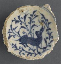 Fond de coupe au lièvre, XIVe siècle, Égypte, Pâte siliceuse, décor peint sous glaçure, De nombreuses céramiques mamlukes à décor bleu sur fond blanc sont signées d'un potier nommé Ghaybî. Département des Arts de l'Islam, Musée du Louvre.