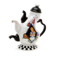 Häftig tekanna i porslin med Alice i Underlandet-motiv. Den svart-vita kannan har motiv med Alice, Hattmakaren och Hasselmusen – och tre pipar!