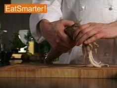 EAT SMARTER erklärt Ihnen, wie Sie einen nicht küchenfertigen Tintenfisch zum Verzehr vorbereiten können. Jetzt im Video ansehen!