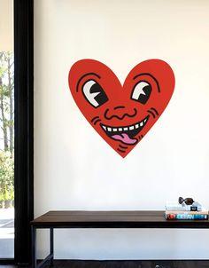 Exprimez ce que vous ressentez avec ce graphisme mural pop art en forme de coeur, issu de la collection Iconographique culte de Keith Haring.