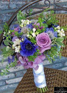 Ramo campestre con rosas malva, anémonas azules y bouvardias blancas