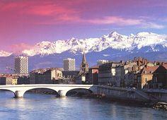 L'Isère, les quais, la Collégiale Saint-André, les 3 tours de l'Ile Verte et le massif de Belledonne