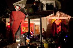 20 Halloween Houses That Totally Nailed It - BlazePress Creepy Clowns. Halloween Prop, Casa Halloween, Nightmare Before Christmas Halloween, Vintage Halloween Decorations, Halloween Trees, Halloween Pictures, Outdoor Halloween, Halloween 2015, Holidays Halloween
