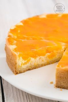 Great combination of extremely creamy cheesecake mass, fine shortcrust pastry and fru . Refreshing Desserts, Delicious Desserts, Gourmet Desserts, Vegan Feta Cheese, Chocolate Oreo Cake, Lemon Brownies, German Baking, Cheesecake, Gastronomia
