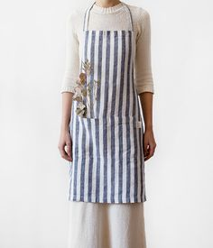 This soft linen apron is a perfect choice for everyday use. Combine with 5-minute meals, table served in dishes only and a glass of wine. 100% stone