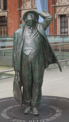 Statue of Sir John Betjeman (Sculpted by Martin Jennings, photo by Simon Palmer, CC BY-SA 2.0)