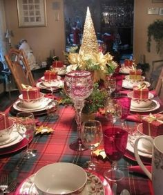 50 Most Beautiful Christmas Table Decorations - Pink Lover Christmas Dining Table, Christmas Table Centerpieces, Christmas Table Settings, Christmas Tablescapes, Holiday Tables, Christmas Decorations, Centerpiece Ideas, Tartan Christmas, Christmas Home