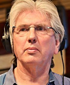 Felix Meurders 22-08-1946 Nederlandse radio- en televisiepresentator.  Felix Meurders is een diskjockey die nogal eens experimenteert en practical jokes uithaalt in zijn uitzendingen. Zo presenteerde hij een keer tegelijkertijd twee verschillende programma's, op de Middengolf- en de FM-frequentie van Hilversum 3.  Vanaf 1989 tot 1 januari 2011 presenteerde hij op televisie het consumentenprogramma Kassa, elke zaterdag op Nederland 1. https://youtu.be/-IgyUwsd_dE?t=52