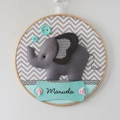 Enfeite para porta de maternidade em bastidor com tema de Elefante.  Pode ser feito nas cores e estampas que preferir.    Confeccionado em feltro e tecido 100% algodão.    Medida: cerca de 30 cm de diâmetro