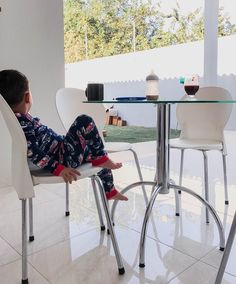 Bom dia terça! Lucas tomando um café bem caprichado pra começar o dia cheio de tarefas dele  . . . . . #matenidadeleve #maternidadecomamor #maternidadecomapego #familiafeliz #criacaocomapego
