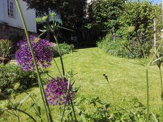 Sie möchten aus Ihrem Garten einen Ort der Sinnlichkeit erschaffen, der zum Wohlfühlen und Seele baumeln lassen einlädt? Der Sie den Stress des Alltags vergessen lässt, Ihnen Energie spendet und gleichermaßen ein Rückzugsgebiet der Harmonie für Ihre Familie und Freunde ist?  Pflanzplan hilft Ihnen dabei, diesen Traum wahr werden zu lassen und bringt das Paradies zu Ihnen nach Hause. #Garten #Gartenplanung  #Gartengestaltung  #Gartenbewässerung #Gartenbeleuchtung #Gartenmöbel #Gartenpflege Stress, Outdoor, Plants, Left Out, Yard Maintenance, Friends, Places, Outdoors, Outdoor Games