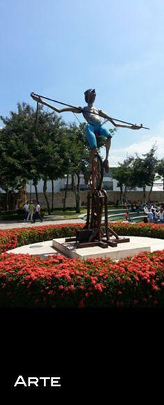 Guayaquil es arte. Aquí una de las esculturas que se encuentran en el Parque Lineal, frente a la Universidad Católica de Santiago de Guayaquil. #Guayaquil #FiestasJulianas #Fundacion #Arte