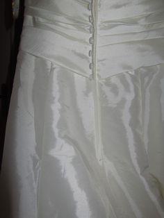jolie robe de mariée neuve de couleur ivoire, jamais portée de taille 40 à vendre avec ses accessoires et chaussures de taille 38