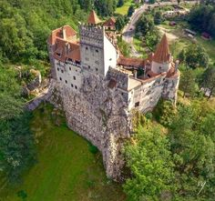 Castle in Romania Beautiful Castles, Beautiful Buildings, Beautiful Places, Chateau Medieval, Medieval Castle, Chateau Moyen Age, Fairytale Castle, Castle House, Fortification