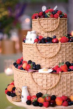 Chiếc bánh cưới như một lẵng hoa xinh xắn.