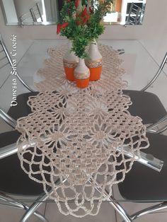 Caminho de Mesa em ponto aranha - Vanessa Silva Crochê Crochet Table Runner, Manta Crochet, Centre Pieces, Crochet Home, Table Runners, Home Projects, Ceiling Lights, Crafts, Crochet Heart Patterns
