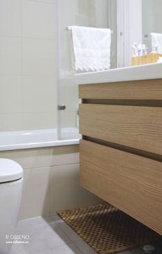 Aunque pequeñitos, se consiguieron dos baños completos con una distribución optimizada que incluye en ambos casos ducha y armarios de gran capacidad.