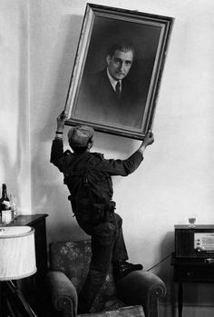 of April, 1974 - Portugal - Photo by Eduardo Gageiro. In PIDE's headquarters (International and State Defense Police), the portrait of António de Oliveira Salazar, the dictator, is taken down during the of April Revolution. Antonio Salazar, History Of Portugal, Human Body Drawing, Military Coup, Portuguese Culture, Security Cameras For Home, Tumblr, Countries Of The World, Photojournalism
