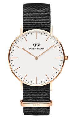 Daniel Wellington Horloge Classic Cornwall 36 mm DW00100259. Elegant en trendy vormgegeven horloge met een ultradunne kast van 6 mm. De rosékleurige, stalen kast heeft een doorsnee van 36 mm en heeft een witte wijzerplaat voorzien van rosékleurige index en wijzers. Dit model heeft een zwarte nylon (nato) horlogeband voorzien van een gespsluiting.