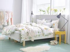 Spirande sovrum med STRANDKRYPA påslakan 2 örngott, blommönstrad, 100% bomull, och solgula STOCKHOLM avlastningsbord. MULIG klädställning, LUDDE fårskinn.