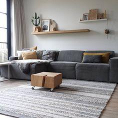 Dorien xxdorienhome instagram woonkamer grijze bank en vloerkleed met okergeel kussen