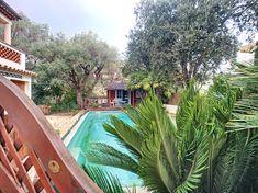 Cap d'Antibes : Villa avec piscine et jardin clos dans secteur récherché Villa située à mi-chemin entre Juan-les-Pins et Antibes au début du Cap d'Antibes.