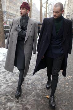 Что носили мужчины в заснеженном Париже    Меховые воротники, головные уборы и ботинки, в которые кутались мужчины, спасаясь от снегопада в Париже.    Гостей Недель моды в Париже трудно чем-то удивить, в этом году самым неожиданным для них стал вовсе не какой-либо показ, а непрекращающийся снегопад. Пришлось приспособиться. Некоторые сделали это особенно эффектно. Главное ведь правильно выбрать шляпу и ботинки, в которых шагать по сугробам.