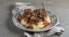 Μοσχαράκι μπουργκινιόν από τον Άκη Πετρετζίκη. Φτιάξτε το κλασικό γαλλικό κυρίως γεύμα, μοσχάρι bourguignon και συνοδεύστε με πουρέ πατάτας! Greek Recipes, Raw Food Recipes, Cooking Recipes, Beef Bourguignon, Processed Sugar, Good Fats, Stew, Bacon, Veggies