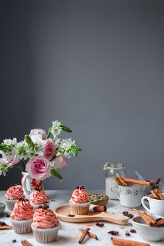 Vanilla Bean Chai Cupcakes with spiced buttercream recipe | Historias del Ciervo