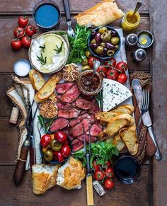 This Sweet and Salty Snack Board is perfect for entertaining! As easy way to impress your guests! Full of chocolate, cheeses, fruit, crackers, and more! Food Platters, Cheese Platters, Good Food, Yummy Food, Salty Snacks, Snacks Für Party, Charcuterie Board, Charcuterie Cheese, Sweet And Salty