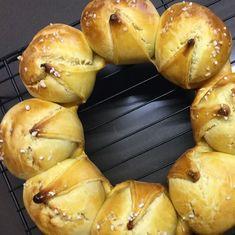 Als kleine Erinnerung:  Bakeria.ch gönnt sich nach Weihnachten eine kurze Festtagspause. Zwischen dem 25. Dezember und 2. Januar werden keine Pakete verschickt  der Versand erfolgt ab dem 3. Januar.    Der Bakeria Shop in Thalwil hat über Weihnachten/Neujahr geöffnet.    Falls Du Produkte für Silvester oder den Dreikönigskuchen brauchst empfehlen wir Dir diese rechtzeitig zu bestellen.   Happy Baking! bakeria.ch #bakeria #happybaking #dreikönig #silvester #betriebsferien #weihanchten… Hot Dog Buns, Hot Dogs, Mousse Au Chocolat Torte, Cupcakes, Pause, Bagel, Bread, Food, New Years Eve Party
