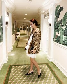 Leopard & highlighter for my last night in LA! Casaco vintage xodó e iluminador poderoso da @jouercosmetics! {O vestido é H&M tão velho que podia ser vintage, o brinco é vintage mesmo e o sapato é @dior bem novo} Vic Ceridono   Dia de Beauté