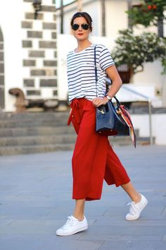 Culottes and Sneakers Workwear Fashion, Fashion Outfits, Fashion Trends, Fashion Blogs, Red Trousers Outfit, Stan Smith Outfit, Looks Baskets, Quoi Porter, Corporate Attire